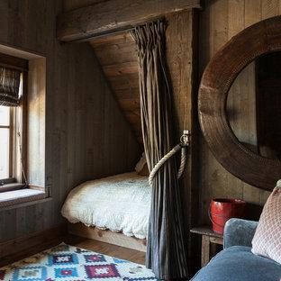 Immagine di una piccola camera degli ospiti rustica