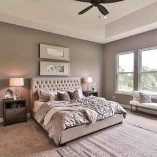 Ejemplo de dormitorio principal, tradicional renovado, grande, sin chimenea, con paredes beige, moqueta y suelo gris
