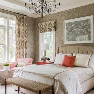 Idées déco pour une grande chambre d'amis classique avec un mur marron, un sol en bois brun, aucune cheminée et un sol marron.