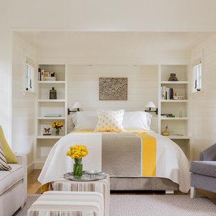 Diseño de habitación de invitados marinera, de tamaño medio, con paredes blancas y suelo de madera en tonos medios
