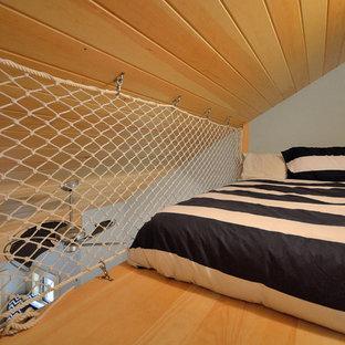 Diseño de dormitorio tipo loft, clásico, pequeño, sin chimenea, con paredes azules y suelo de madera clara