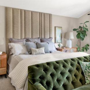 Modelo de dormitorio principal, de estilo de casa de campo, de tamaño medio, sin chimenea, con paredes beige, moqueta, suelo beige y marco de chimenea de yeso
