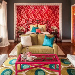 Cette image montre une grande chambre parentale bohème avec un mur gris, un sol en bois brun, aucune cheminée et un sol marron.