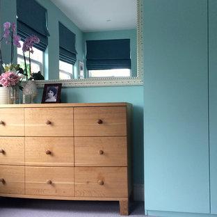 Ejemplo de dormitorio principal, contemporáneo, de tamaño medio, sin chimenea, con paredes verdes, moqueta y suelo gris