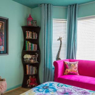 Immagine di una camera degli ospiti boho chic di medie dimensioni con pareti blu, parquet chiaro, nessun camino e pavimento beige