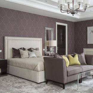 На фото: спальня в стиле современная классика с фиолетовыми стенами, ковровым покрытием и серым полом