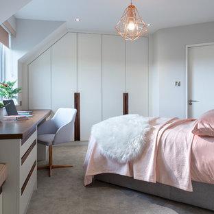 Immagine di una camera degli ospiti nordica di medie dimensioni con moquette, pavimento grigio e pareti grigie