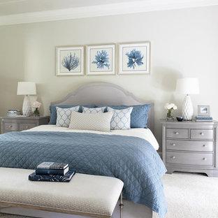 Стильный дизайн: большая хозяйская спальня в морском стиле с серыми стенами, ковровым покрытием и бежевым полом - последний тренд