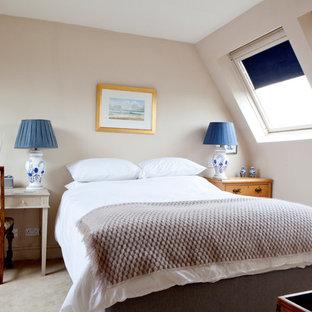 Пример оригинального дизайна: гостевая спальня среднего размера в классическом стиле с ковровым покрытием, коричневыми стенами и бежевым полом