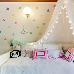 Ejemplo de dormitorio moderno, pequeño, con paredes blancas, moqueta y suelo multicolor