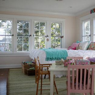 Diseño de habitación de invitados romántica, grande, sin chimenea, con paredes beige y suelo de madera oscura