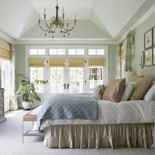 Klassisches Schlafzimmer mit grauer Wandfarbe, Teppichboden und grauem Boden in Washington, D.C.