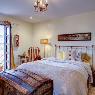Diseño de dormitorio romántico con paredes blancas, suelo de madera en tonos medios y suelo marrón