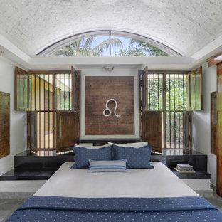 Großes Country Hauptschlafzimmer ohne Kamin mit bunten Wänden, Marmorboden, grünem Boden und gewölbter Decke in Mumbai