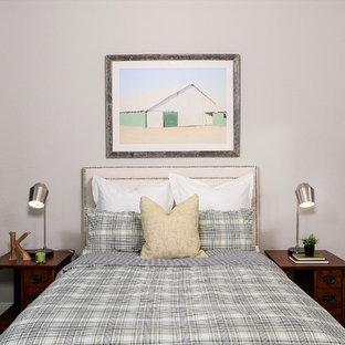 Foto de habitación de invitados campestre, de tamaño medio, sin chimenea, con paredes grises, suelo vinílico y suelo marrón