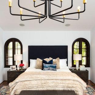Пример оригинального дизайна: хозяйская спальня в средиземноморском стиле с белыми стенами и темным паркетным полом без камина