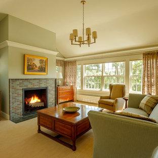 Foto de dormitorio principal, clásico, grande, con paredes verdes, moqueta, chimenea tradicional y marco de chimenea de baldosas y/o azulejos