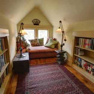 Exempel på ett lantligt sovrum, med beige väggar och mellanmörkt trägolv