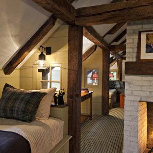 Свежая идея для дизайна: огромная спальня на антресоли в стиле кантри с разноцветными стенами, ковровым покрытием, стандартным камином и фасадом камина из кирпича - отличное фото интерьера