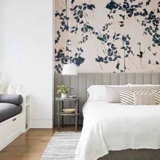 Inspiration pour une chambre adulte rustique avec un mur multicolore, un sol en bois brun et aucune cheminée.