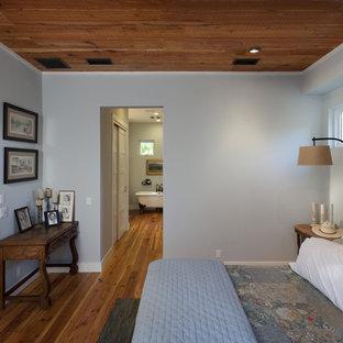 オースティンのカントリー風おしゃれな寝室 (青い壁) のインテリア