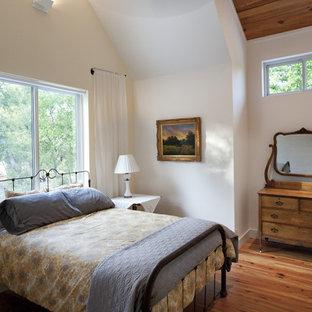 Foto de dormitorio campestre con paredes blancas y suelo de madera en tonos medios