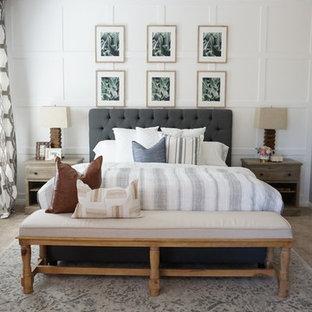 Неиссякаемый источник вдохновения для домашнего уюта: хозяйская спальня среднего размера в стиле кантри с серыми стенами, ковровым покрытием и бежевым полом