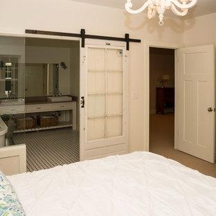 Свежая идея для дизайна: хозяйская спальня среднего размера в стиле кантри с белыми стенами, ковровым покрытием и бежевым полом без камина - отличное фото интерьера