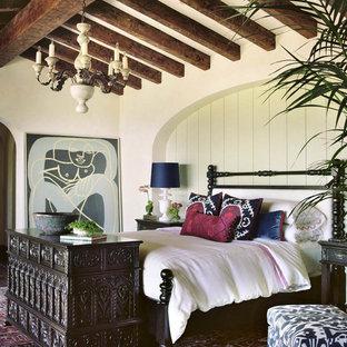 Пример оригинального дизайна: большая хозяйская спальня в средиземноморском стиле с белыми стенами, ковровым покрытием и разноцветным полом