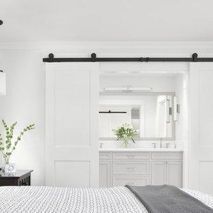 Imagen de dormitorio principal, de estilo de casa de campo, pequeño, con paredes blancas, suelo de mármol y suelo blanco