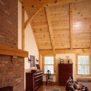 Diseño de dormitorio principal, de estilo de casa de campo, grande, con chimenea tradicional y marco de chimenea de ladrillo
