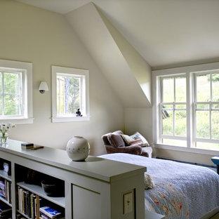 Modelo de dormitorio de estilo de casa de campo con paredes beige