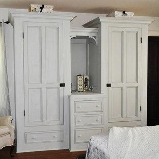 Идея дизайна: хозяйская спальня среднего размера в стиле кантри с белыми стенами и паркетным полом среднего тона без камина