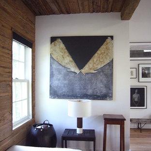 Diseño de dormitorio de estilo de casa de campo con paredes blancas y suelo de madera clara