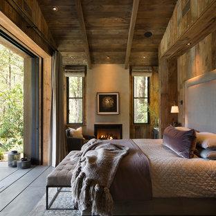 他の地域のラスティックスタイルのおしゃれな主寝室 (標準型暖炉) のインテリア