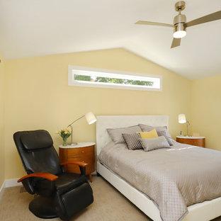 Modelo de dormitorio principal, tradicional renovado, de tamaño medio, sin chimenea, con paredes amarillas, moqueta y suelo beige