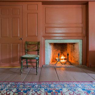 Idee per una camera matrimoniale classica di medie dimensioni con pareti rosse, pavimento in legno verniciato, camino classico e cornice del camino in legno