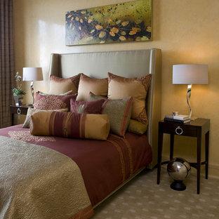 Esempio di una camera da letto stile loft design di medie dimensioni con moquette e pareti gialle