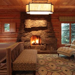 Foto de dormitorio principal, rural, con chimenea tradicional y marco de chimenea de piedra