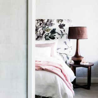 Foto de dormitorio tipo loft, contemporáneo, grande, sin chimenea, con paredes blancas, moqueta y suelo gris