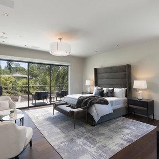 オレンジカウンティのコンテンポラリースタイルのおしゃれな寝室 (白い壁、濃色無垢フローリング、横長型暖炉、茶色い床) のレイアウト