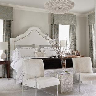 Immagine di una camera matrimoniale tradizionale con pareti grigie e moquette