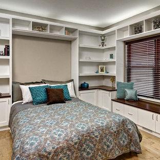 ミネアポリスの大きいコンテンポラリースタイルのおしゃれな寝室 (ベージュの壁、淡色無垢フローリング、暖炉なし、茶色い床) のレイアウト