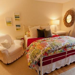 Ejemplo de dormitorio principal, ecléctico, con paredes beige, suelo de madera en tonos medios y suelo amarillo