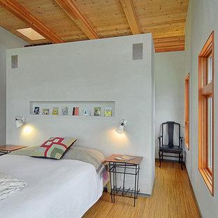 Modernes Schlafzimmer mit weißer Wandfarbe und Bambusparkett in Portland