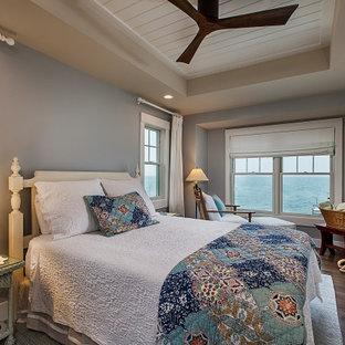 Diseño de dormitorio principal y machihembrado, marinero, de tamaño medio, sin chimenea, con paredes grises, suelo de madera oscura y suelo marrón