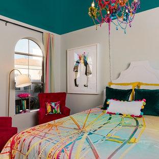 Modelo de habitación de invitados ecléctica, de tamaño medio, sin chimenea, con paredes verdes y moqueta