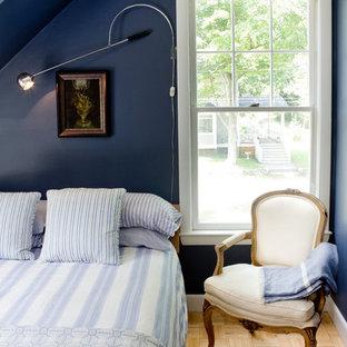 Imagen de dormitorio costero con paredes azules