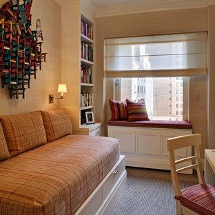 На фото: маленькие гостевые спальни в классическом стиле с бежевыми стенами и ковровым покрытием
