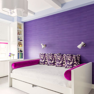 Immagine di una camera da letto chic con pareti viola e moquette